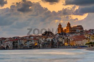 Dramatischer Sonnenaufgang in Cefalu, Sizilien