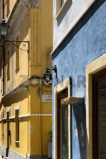 Bunte Fassaden in der Altstadt von Olbia, Sardinien