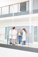 Ärzteteam bespricht Therapie im Treppenhaus