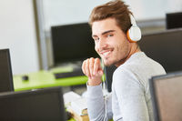 Student der Informatik mit Kopfhörern