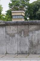 Ehemaliger Wachturm an der Gedenkstaette Berliner Mauer in der Bernauer Strasse, Berlin, Deutschland |Former guard tower at the Berlin Wall Memorial in the Bernauer Strasse, Berlin, Germany