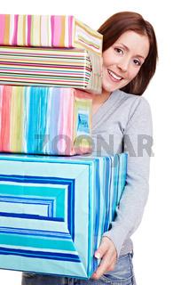 Frau mit einem Stapel Geschenke