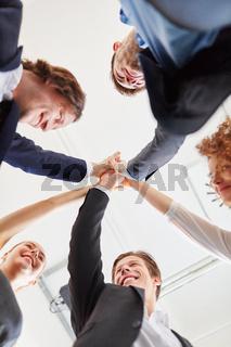 Start-Up Team feiert mit High Five