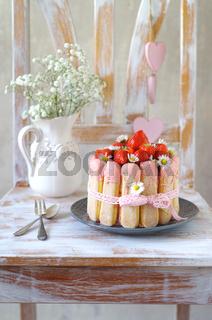 Erdbeercharlotte mit Gänseblümchen