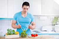 Salat zubereiten essen junger Mann Mittagessen Küche gesunde Ernährung Textfreiraum