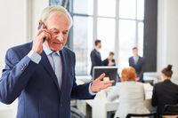 Berater telefoniert mit dem Smartphone