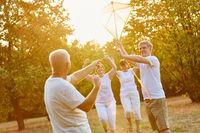 Senioren als Freunde lassen Drachen steigen