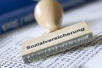 Stempel mit Aufschrift Sozialversicherung auf einer Gehaltsabrechnung