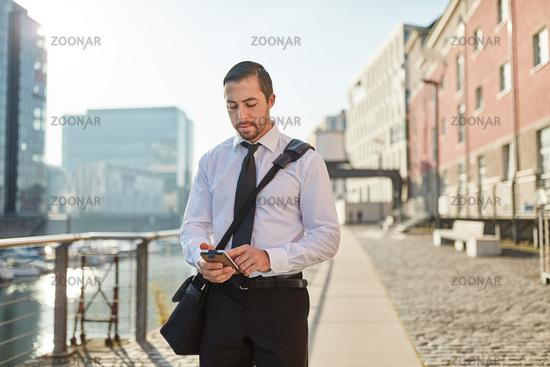 Junger Geschäftsmann schreibt SMS