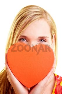 Rotes Herz vor dem Gesicht