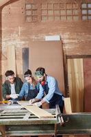 Schreiner  im Team mit Bauzeichnung