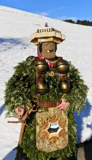Naturchlaus mit Schellen geht am Alten Silvester. Silvesterchlausen in Urnäsch. Schweiz