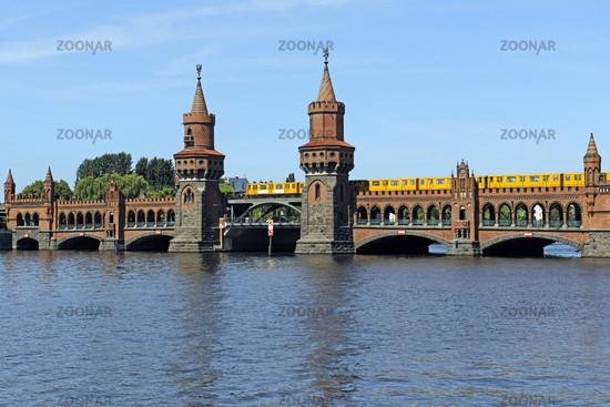 Oberbaumbruecke in Berlin mit ueberfahrender U Bahn