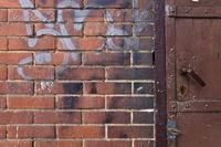 Ziegelwand und Stahltür | brick wall with graffiti