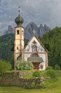 Kirche St. Johann in Ranui mit Geislergruppe, Villnößtal, Südtirol, Italien, Europa