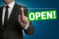Open Touchscreen wird von Geschäftsmann bedient Konzept