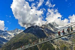 Besucher auf der Charles Kuonen Hängebrücke, Randa, Wallis, Schweiz