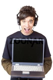 Jugendlicher mit Kopfhörer macht MP3 Musik download mit Computer