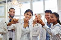 Gruppe Studenten in einer Lerngruppe