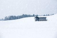 Landwirtschaftlicher Schuppen in Winterlandschaft