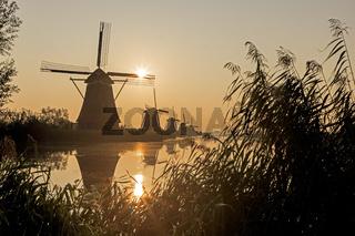 Historische Windmühlen, UNESCO Weltkulturerbe, Kinderdijk, Provinz Südholland, Niederlande, Europa