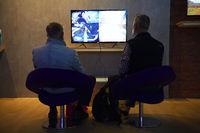 Besucher vor einem Videospiel, Internationale Funkausstellung IFA, 2017, Berlin, Deutschland