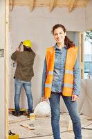 Junge Frau in der Handwerker Lehre