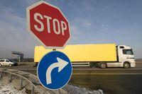 Verkehrsschilder an einer Autobahnauffahrt
