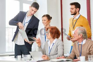 Berater mit Laptop im Workshop