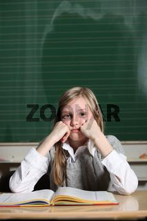 Kind in der Schule denkt nach