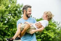 Glücklicher Vater und sein Sohn