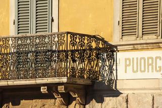 Balkon mit Verzierungen in Massa Marittima, Toskana, Italien