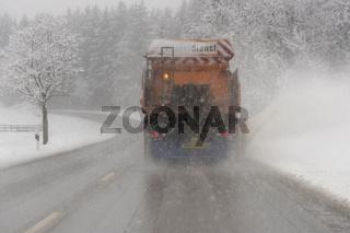 Schneeräumer im Einsatz auf Landstraße in Bayern