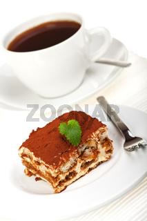 Ein Stück Tiramisu mit einer Tasse Kaffee