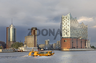 Hamburger Hafen, nšrdliches Ufer der Elbe mit Konzerthaus Elbphilharmonie sowie Hanseatic Trade Center und BŸrogebŠude auf der Kehrwiederspitze, Hafencity, Hansestadt Hamburg, Deutschland, Europa