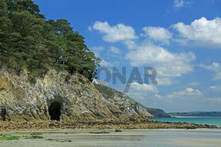 Eingang zu einer Meeresgrotte bei Ebbe, Bretagne