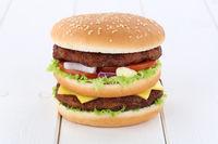 Doubleburger Double Burger Hamburger Käse Tomaten Salat Holzbrett