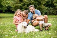 Harmonische Familie mit Hund