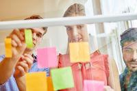 Start-Up Team analysiert Notizen im Workshop