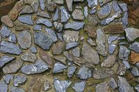 Mauer aus Naturstein retaining wall of gray stones