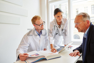 Ärzte mit Lexikon beraten Patient