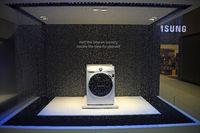 Waschmaschinen der Firma Samsung , präsentiert hinter einem Wass