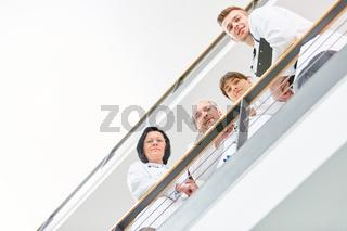 Team mit Ärzten und Krankenschwester im Flur