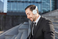 Lächelnder Geschäftsmann genießt Musik