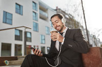 Geschäftsmann mit Smartphone freut sich