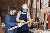 Tischler Lehrling lernt Holzverarbeitung