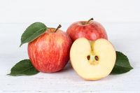 Äpfel Apfel rot geschnitten Obst Frucht Früchte auf Holzplatte