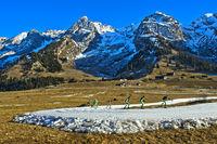 Skilangläufer trainieren auf improvisierten Loipen aus Kunstschnee im schneearmen Winter