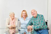 Glückliche Familie mit Senioren Paar und junger Frau