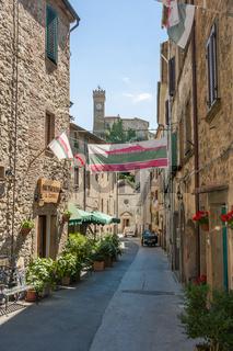 Dorf Roccatederighi, Häuser aus Stein auf einem Hügel, Gemeinde Roccastrada , Toskana, Italien